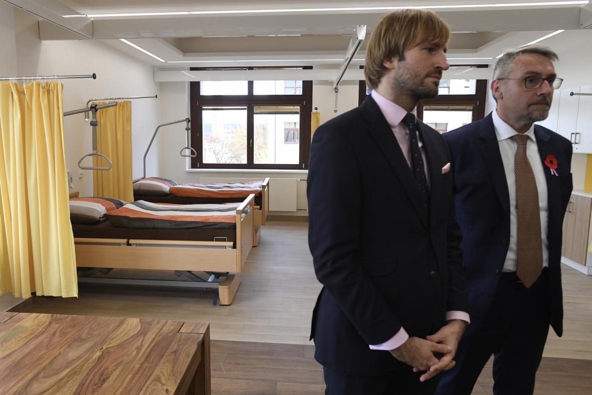 Ministr zdravotnictví Adam Vojtěch a ministr obrany Lubomír Metnar při prohlídce opravených pokojů