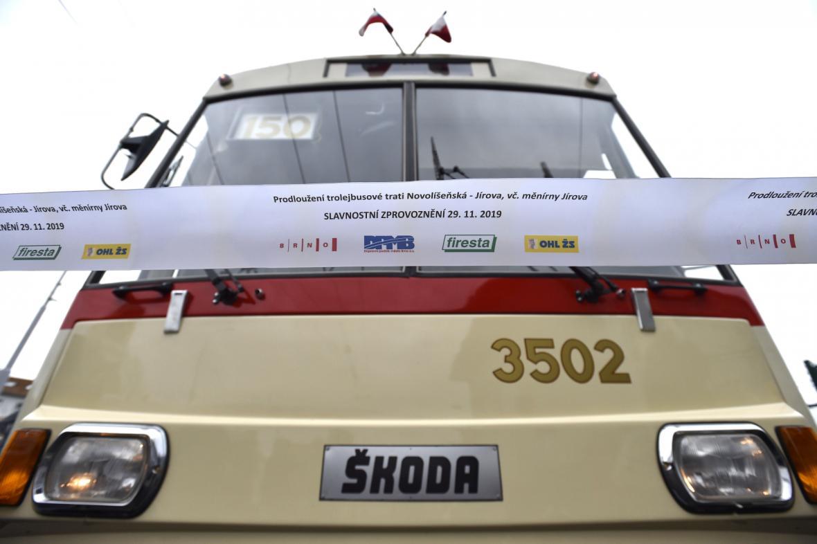 Na Jírovu jako první projel historický trolejbus Škoda 15Tr