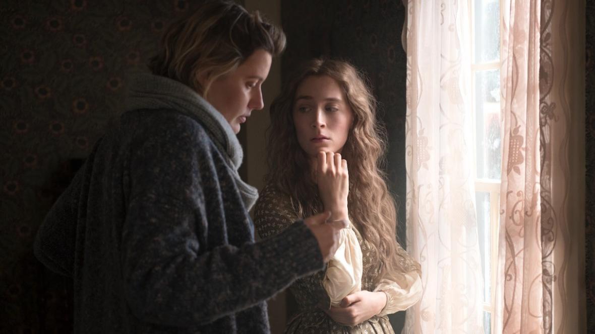 Greta Gerwigová a Saoirse Ronanová při natáčení Malých žen
