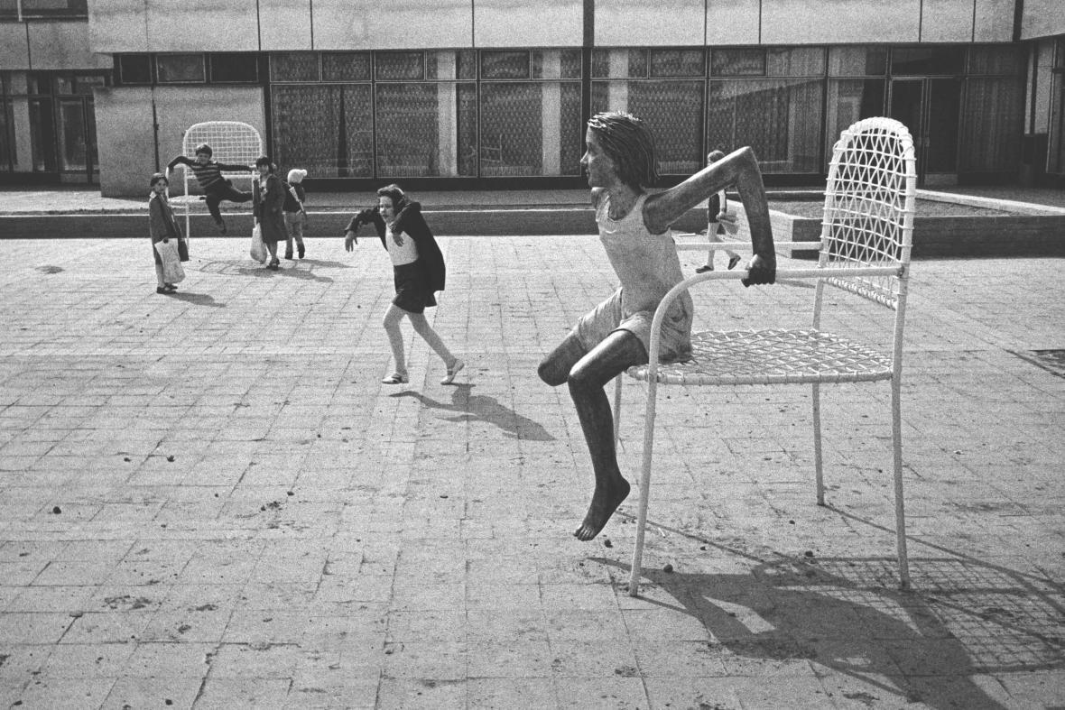 Kurt Gebauer / Děvče na židli, ZŠ Paseky, Ostrava-Hrabůvka, 1980