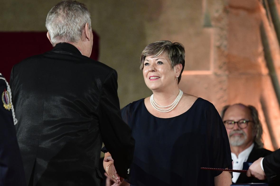 Prezident Miloš Zeman předává ředitelce Střední zdravotnické školy Ivance Kohoutové Medaili Za zásluhy I. stupně