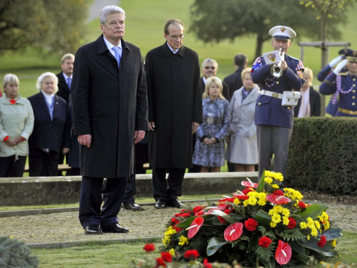 Joachim Gauck se v říjnu 2012 poklonil památce obětí v Lidících