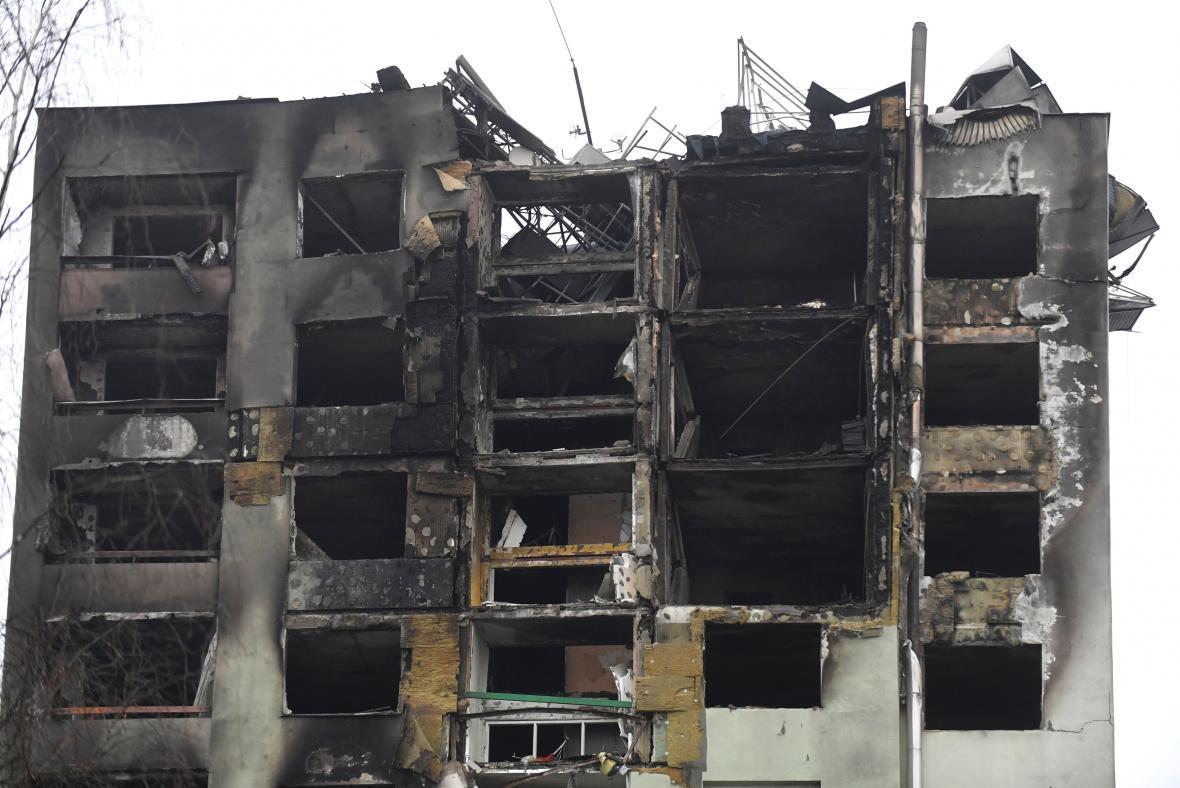 Vrchní patra paneláku v Prešově shořela