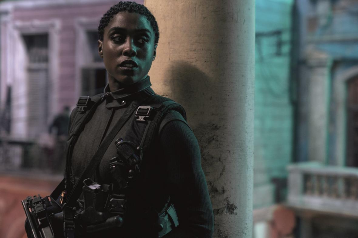 Lashana Lynchová ve filmu Není čas zemřít