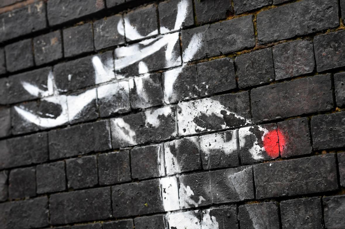 Banksyho graffiti s domalovanými červenými nosy