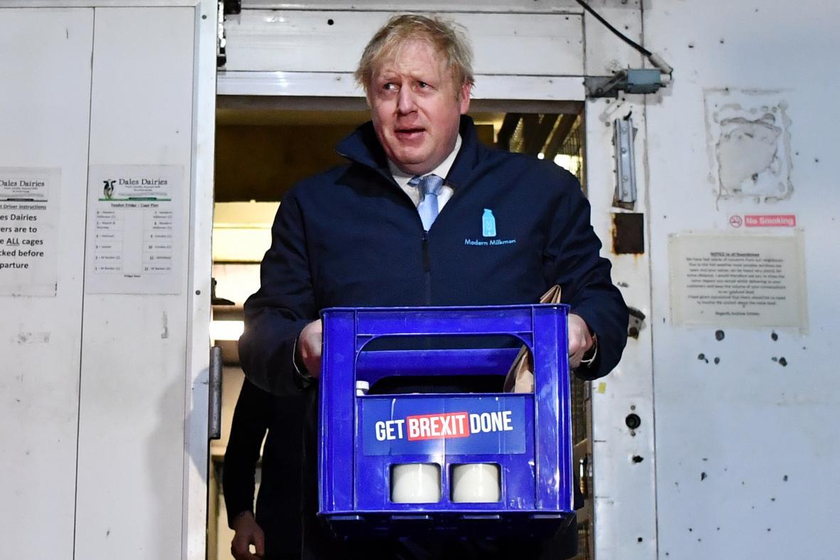 Johnson v rámci kampaně rozvážel mléko. Ani na brexit přitom nezapomněl