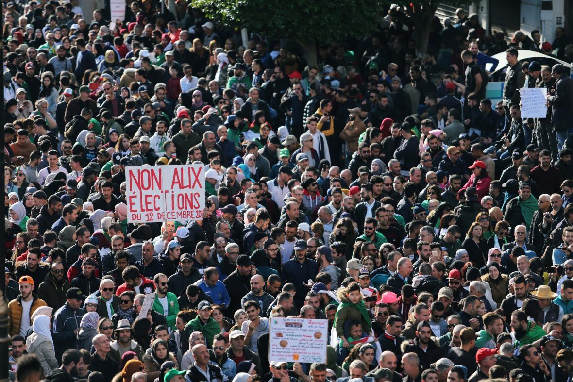 Protesty v Alžírsku nepolevily ani během konání voleb