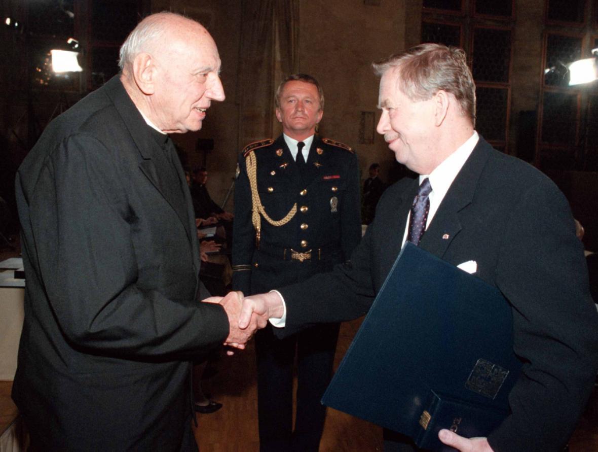 Tomáš Špidlík a Václav Havel, propůjčení Řádu Tomáše Garrigua Masaryka za vynikající zásluhy o demokracii a lidská práva, 1998