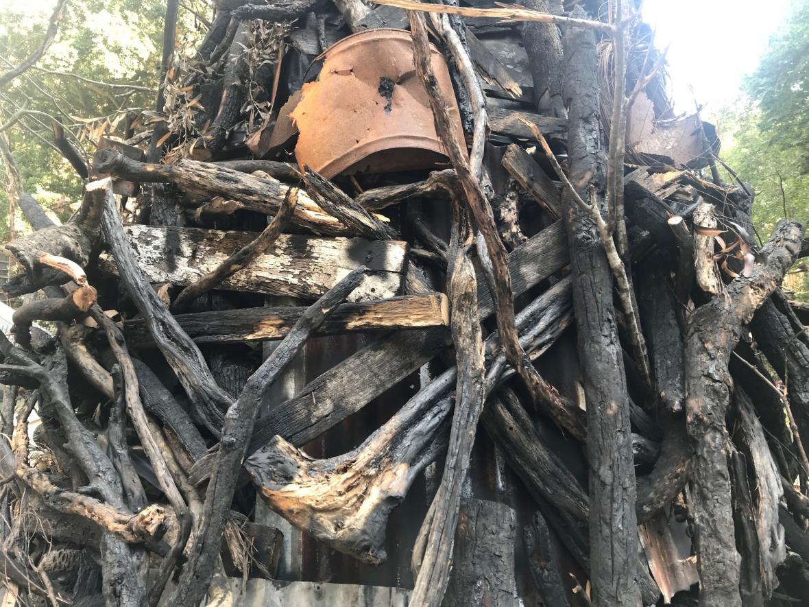 Vánoční stromek z ohořelých větví