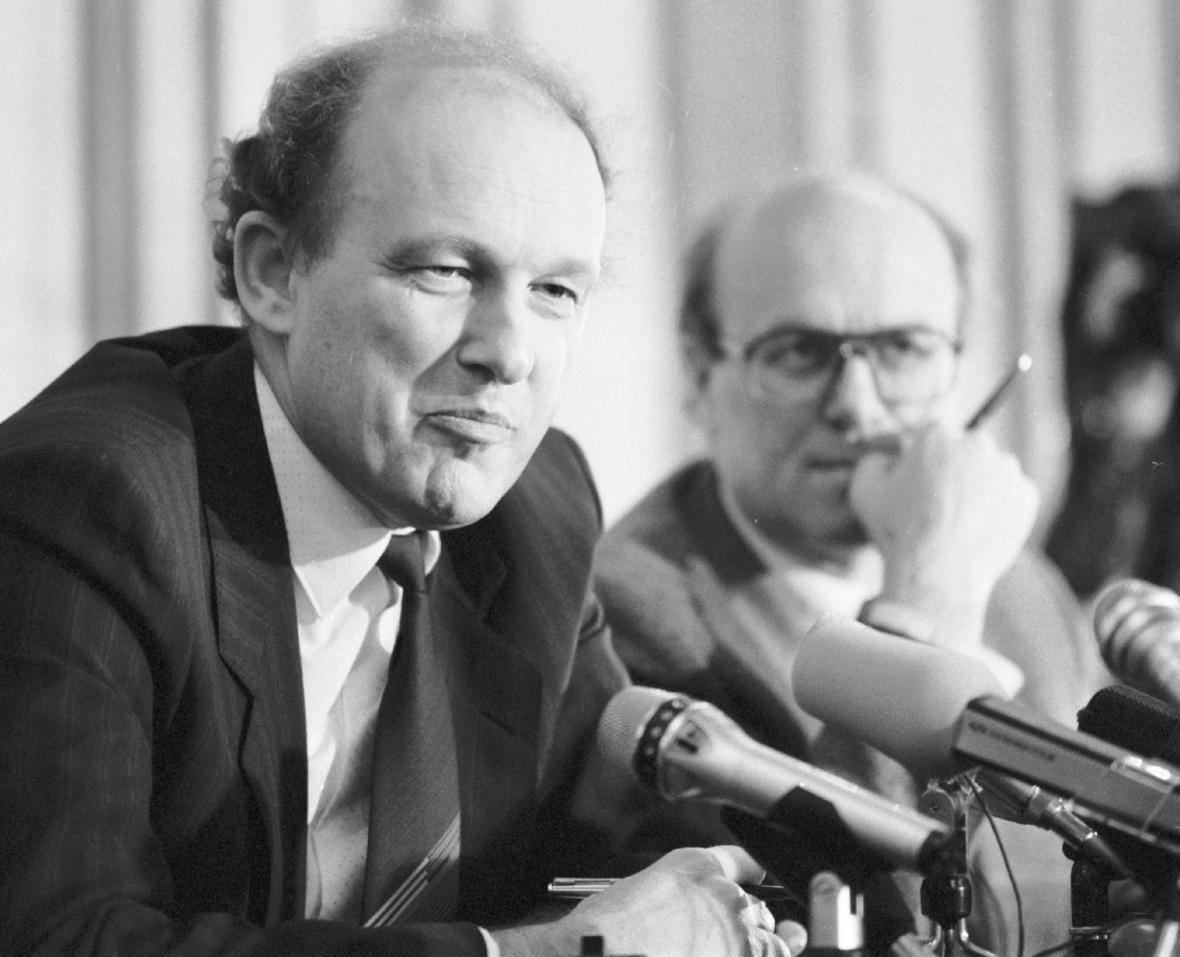 Nově jmenovaný československý premiér Marián Čalfa, 10. 12. 1989