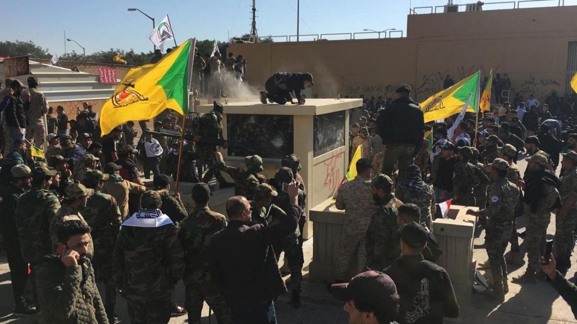 Násilnosti před sídlem amerického velvyslanectví v Bagdádu
