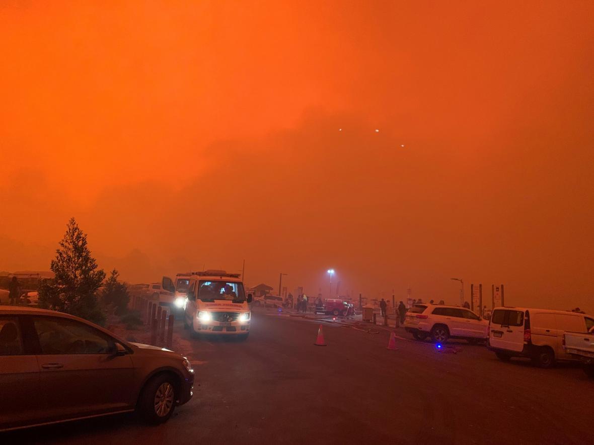 Požáry zbarvily nebe ve městě Mallacoota do ruda