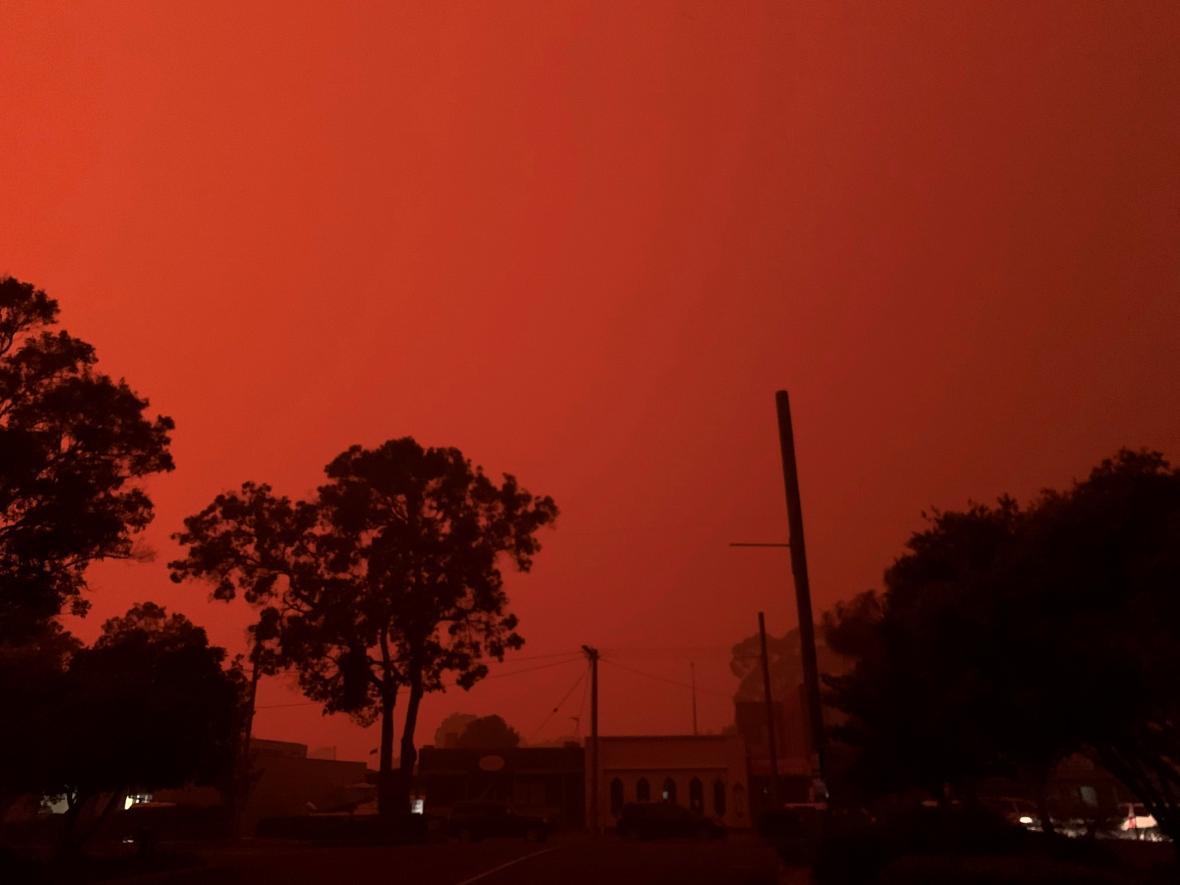 Rudé nebe ve městě Mallacoota