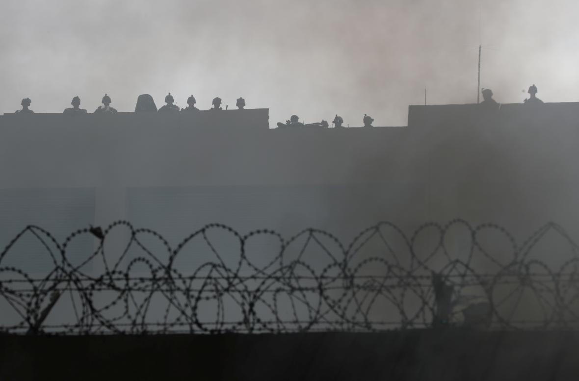 Členové amerických bezpečnostních sil na střeše ambasády USA v Bagdádu