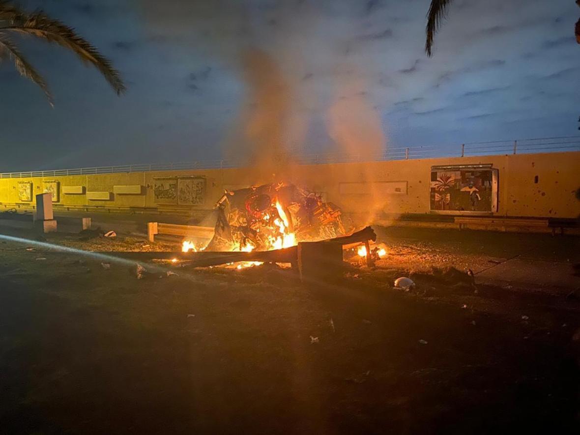 Hořící vůz na bagdádském letišti po americkém útoku