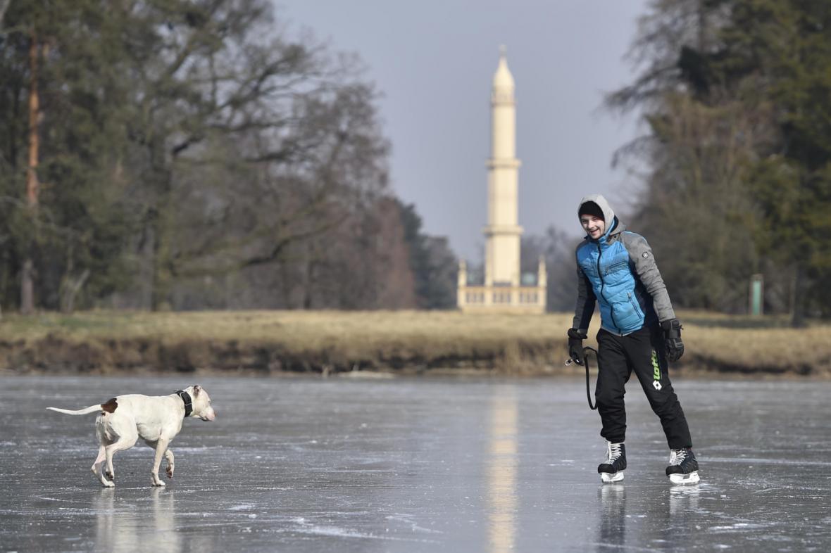 Bruslení na zamrzlém zámeckém rybníku v Lednici