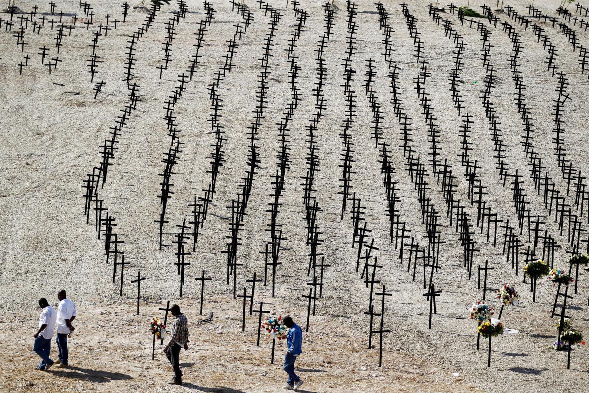 Kříže na místě masového hrobu obětí zemětřesení