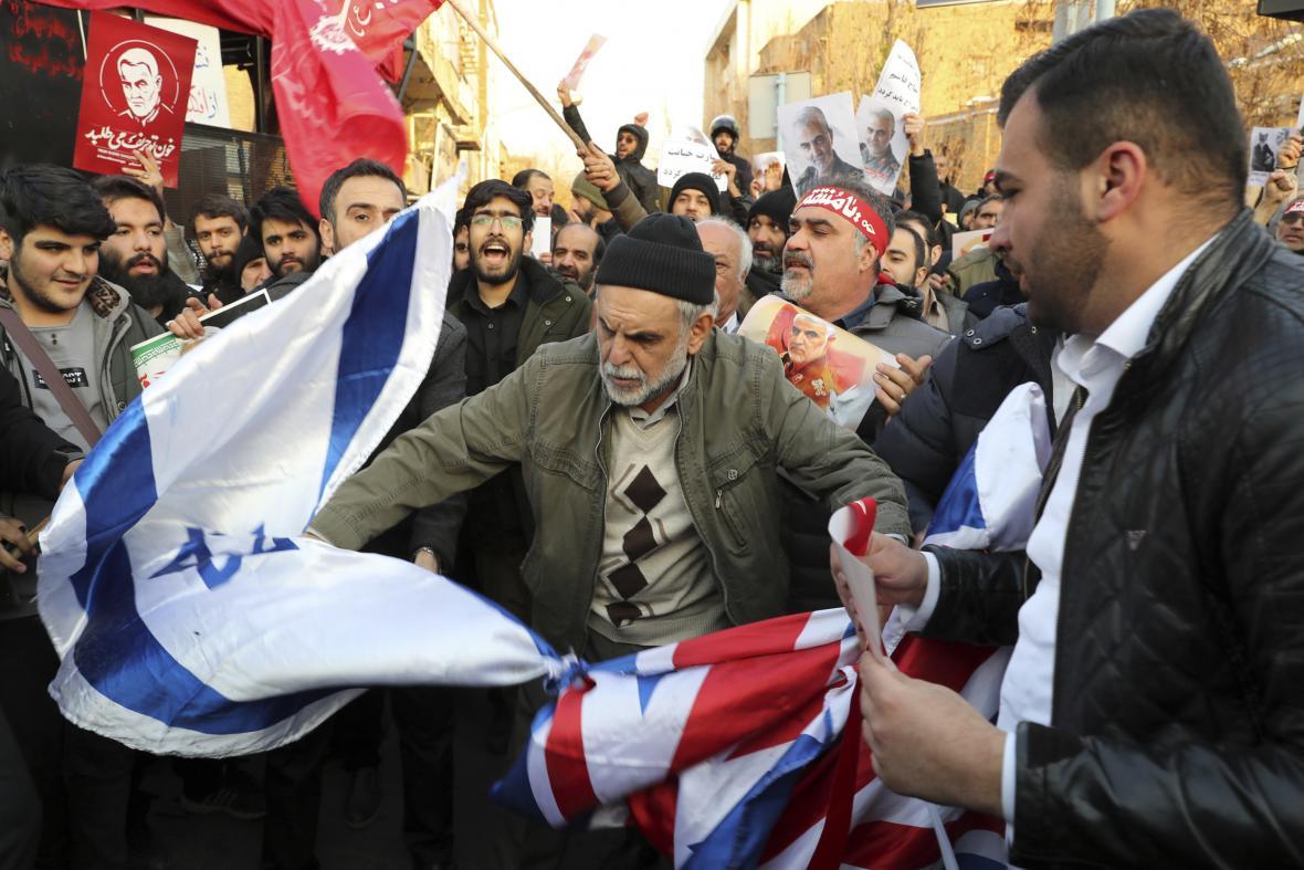 Provládní demonstranti v Teheránu zapalovali britské, izraelské a americké vlajky
