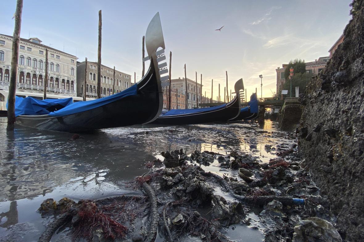 Gondoly v Benátkách se ocitly na suchu