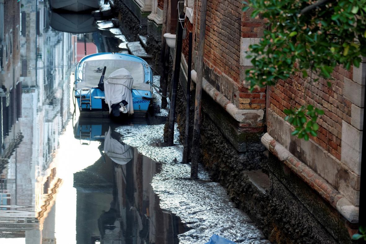 Nízká hladina vody uvěznila v Benátkách řadu lodí