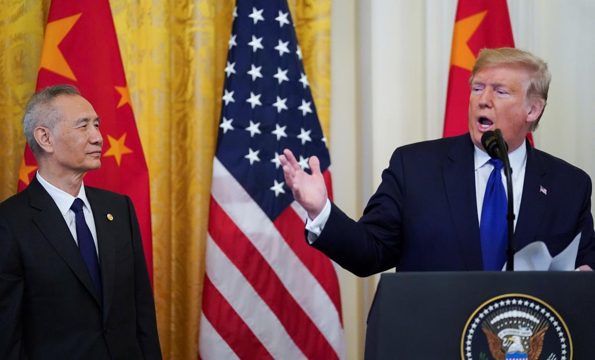 Čínský vicepremiér Liu He poslouchá projev Donalda Trumpa