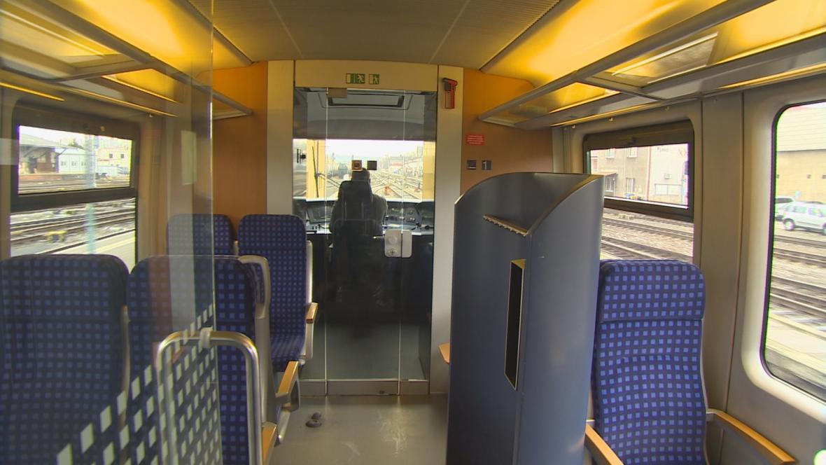 Interiér vlaku, který patří Arrivě.