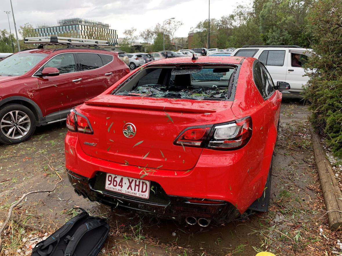 Auto poničené při jedné z bouří v australském hlavním městě