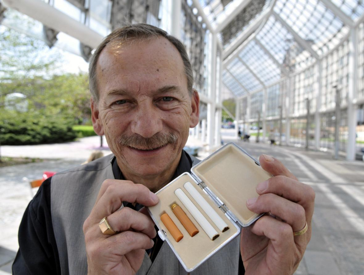 Jaroslav Kubera s elektronickými cigaretami