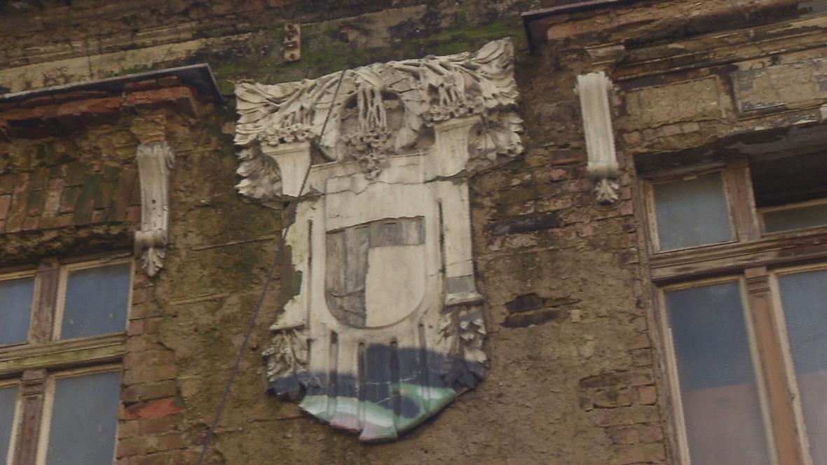 Zničená fasáda nádraží Vyšehrad