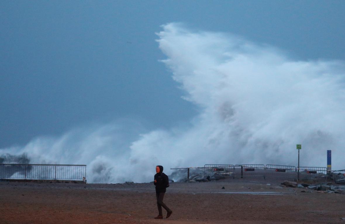 Vysoké vlny na pláži Barceloneta