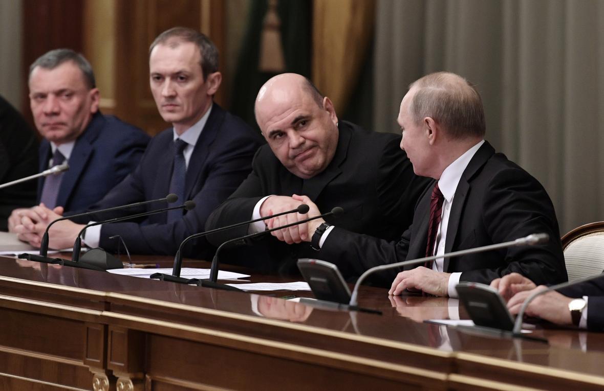 Vladimir Putin a Michail Mišustin během setkání se členy nové vlády