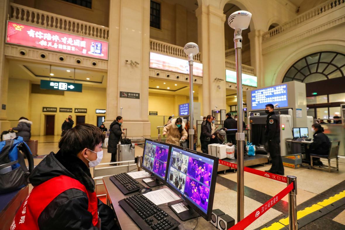 Kontroly cestujících na nádraží ve Wu-chanu