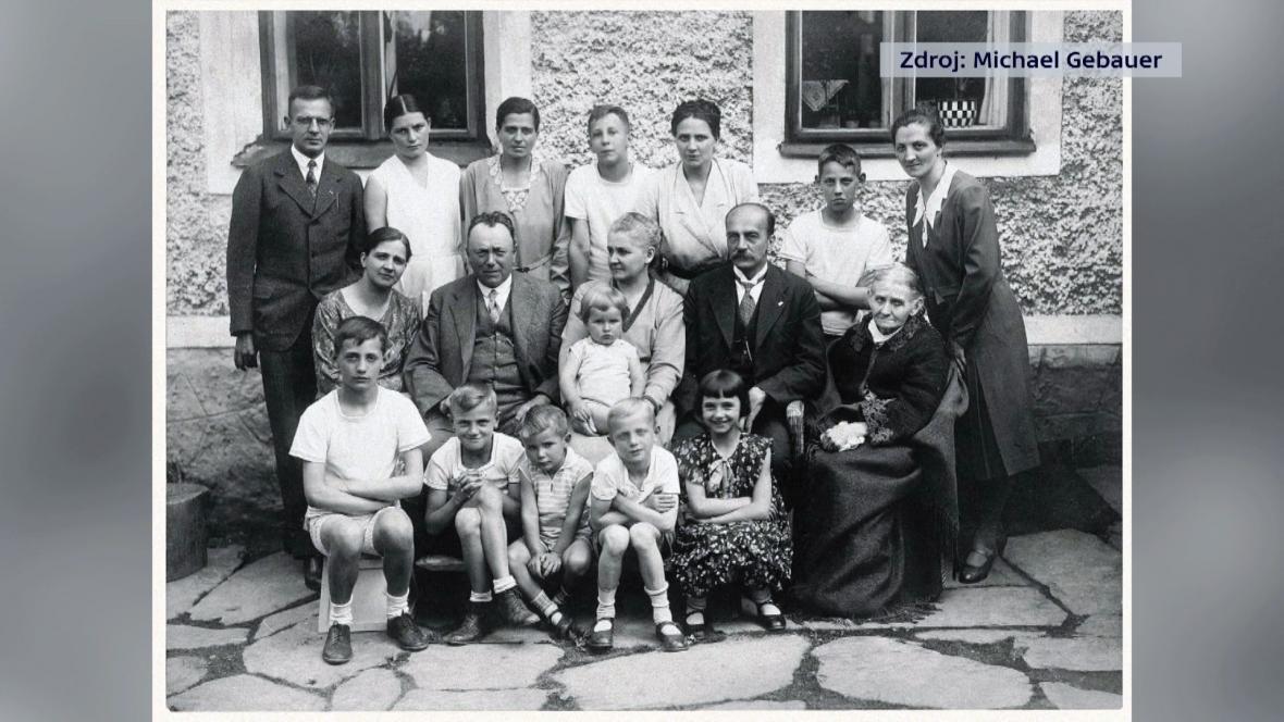Paul Gebauer (v druhé řadě druhý zprava) na dobové fotografii ze Sosnové