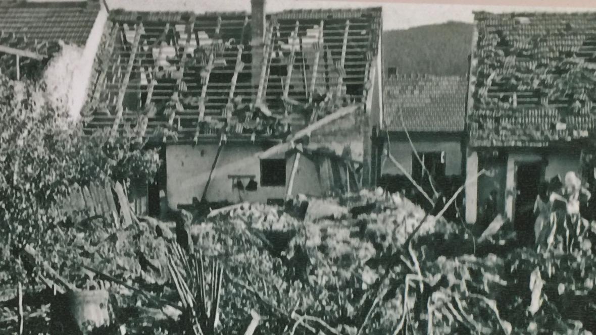 Bombardováním zničené domky v Kuřimi