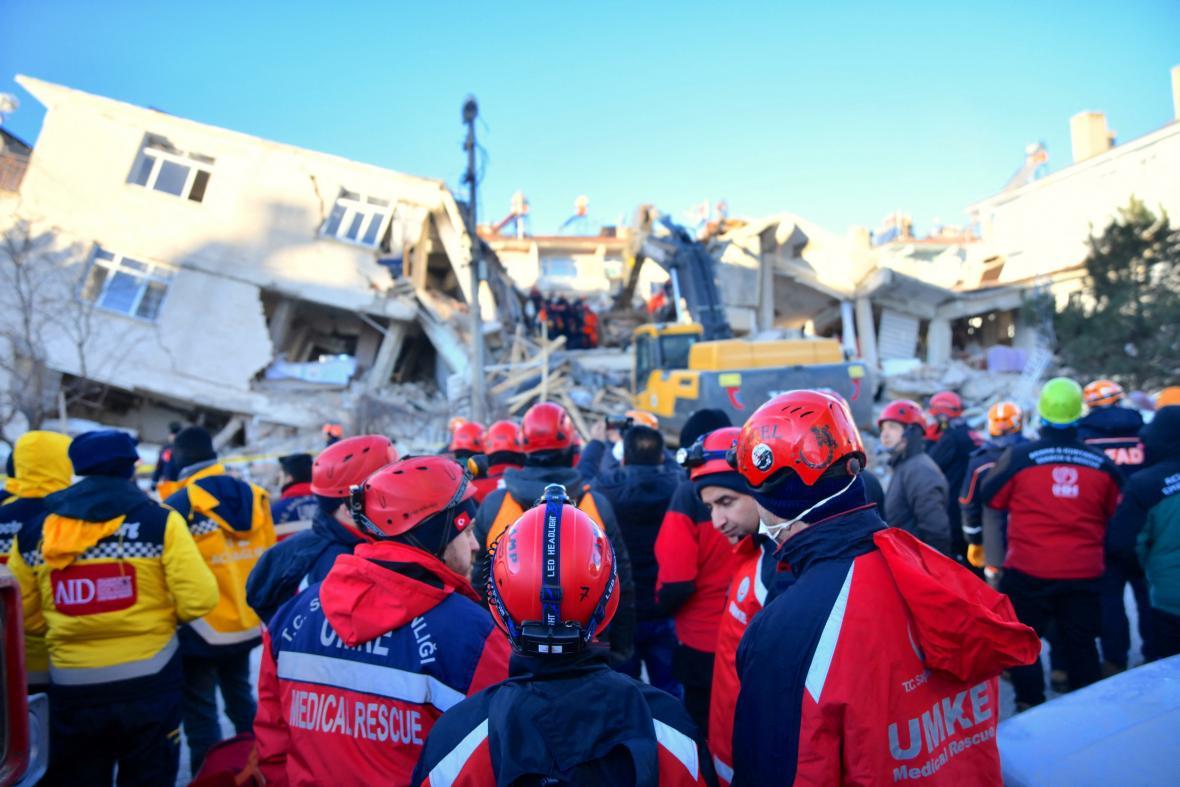 Zřícené budovy prohledávají záchranáři