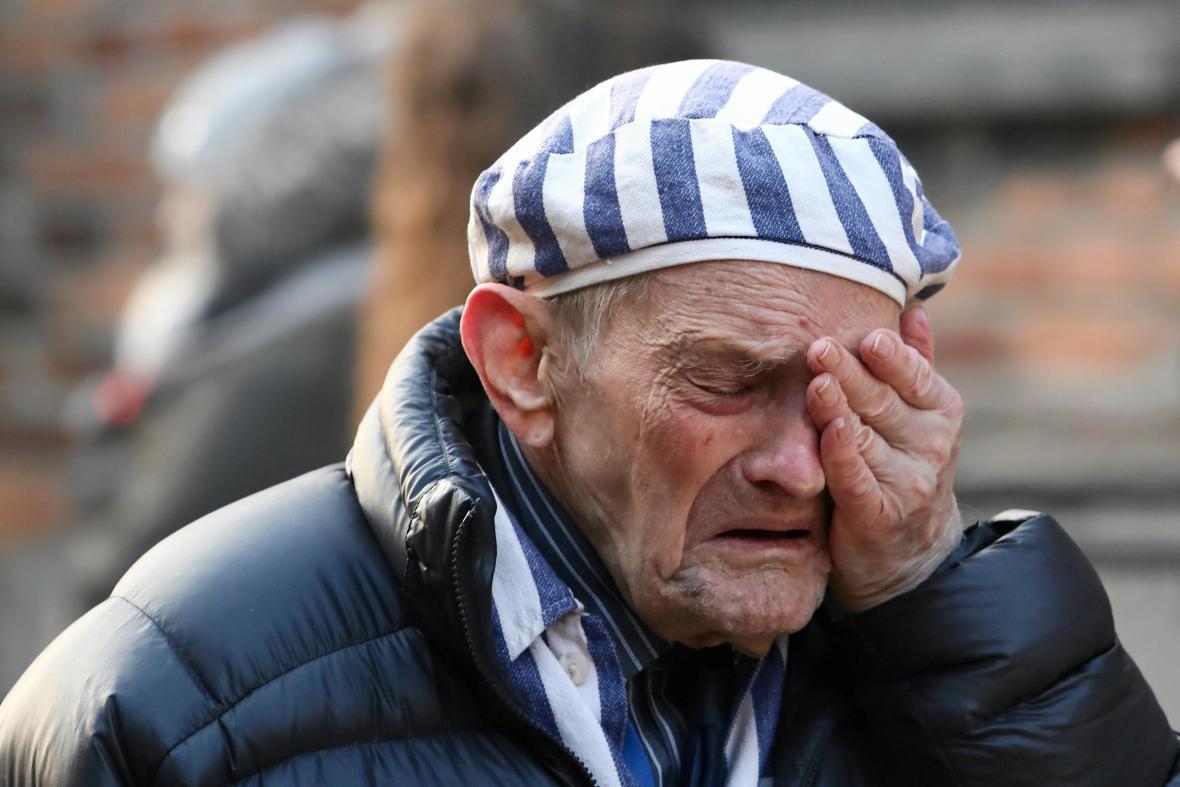 Jeden z přeživších při pietní akci v Osvětimi