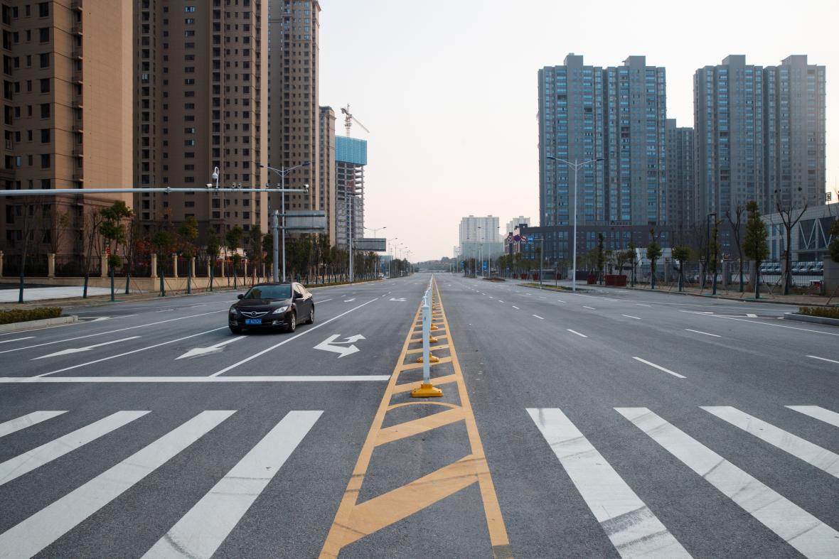 Liduprázdné ulice ve městě Jüe-jang v provincii Chu-pej