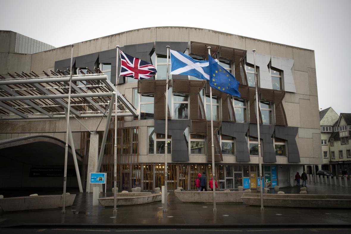 Holyrood s britskou, skotskou a unijní vlajkou