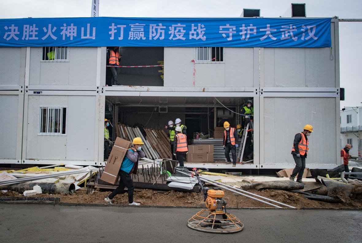 Stavba nemocnice ve Wu-chanu