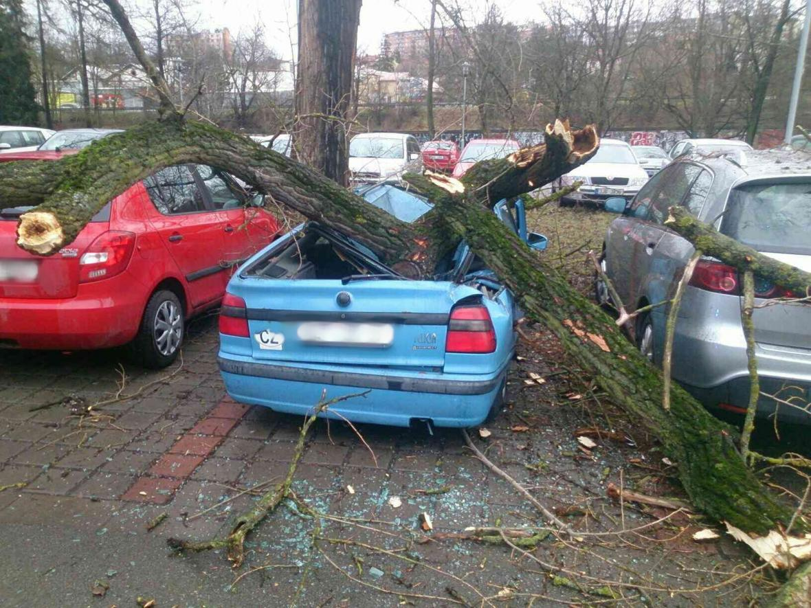Strom poničil auta