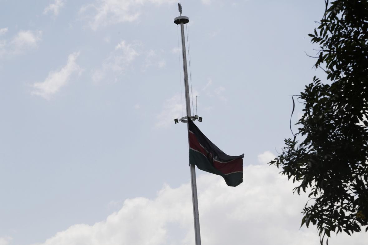 Keňská vlajka stažená na půl žerdi