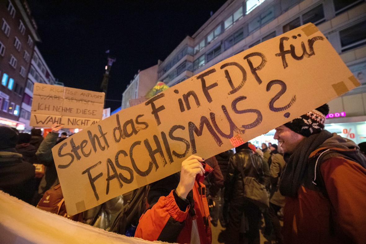 Zvolení Kemmericha z FDP za podpory CDU a AfD vyvolalo protesty