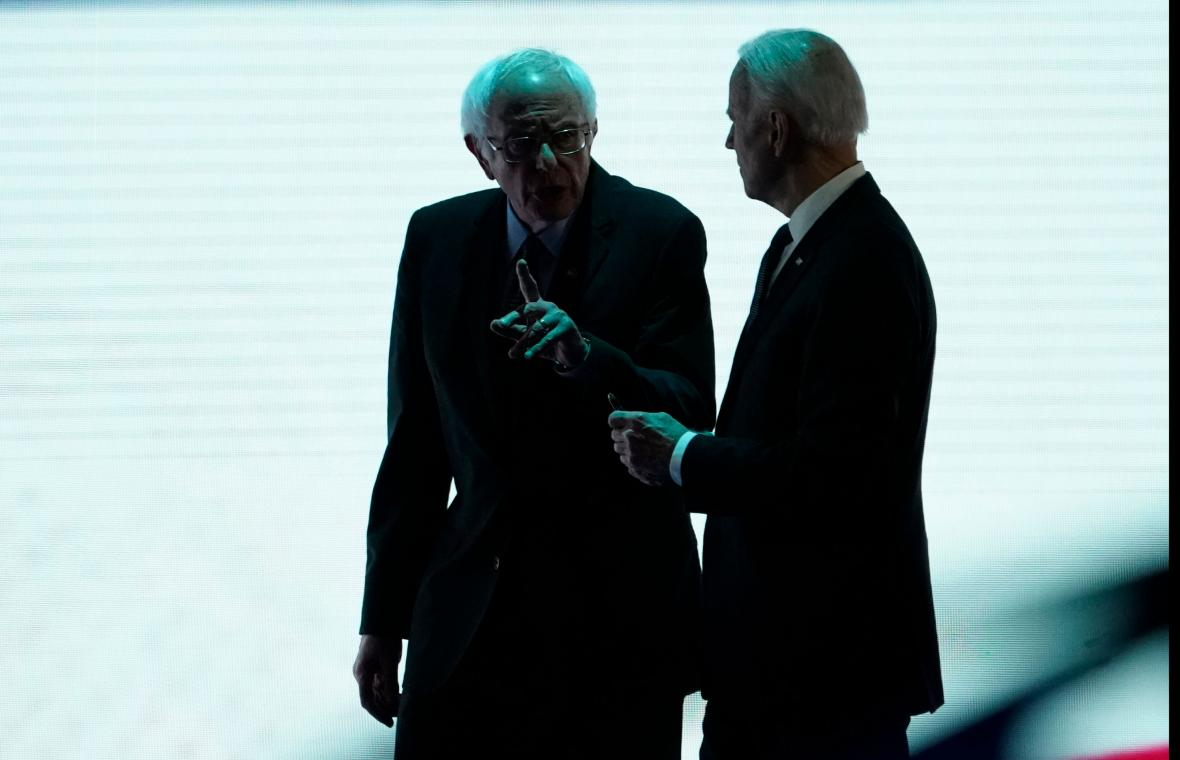 Bernie Sanders a Joe Biden v Manchesteru v New Hampshire