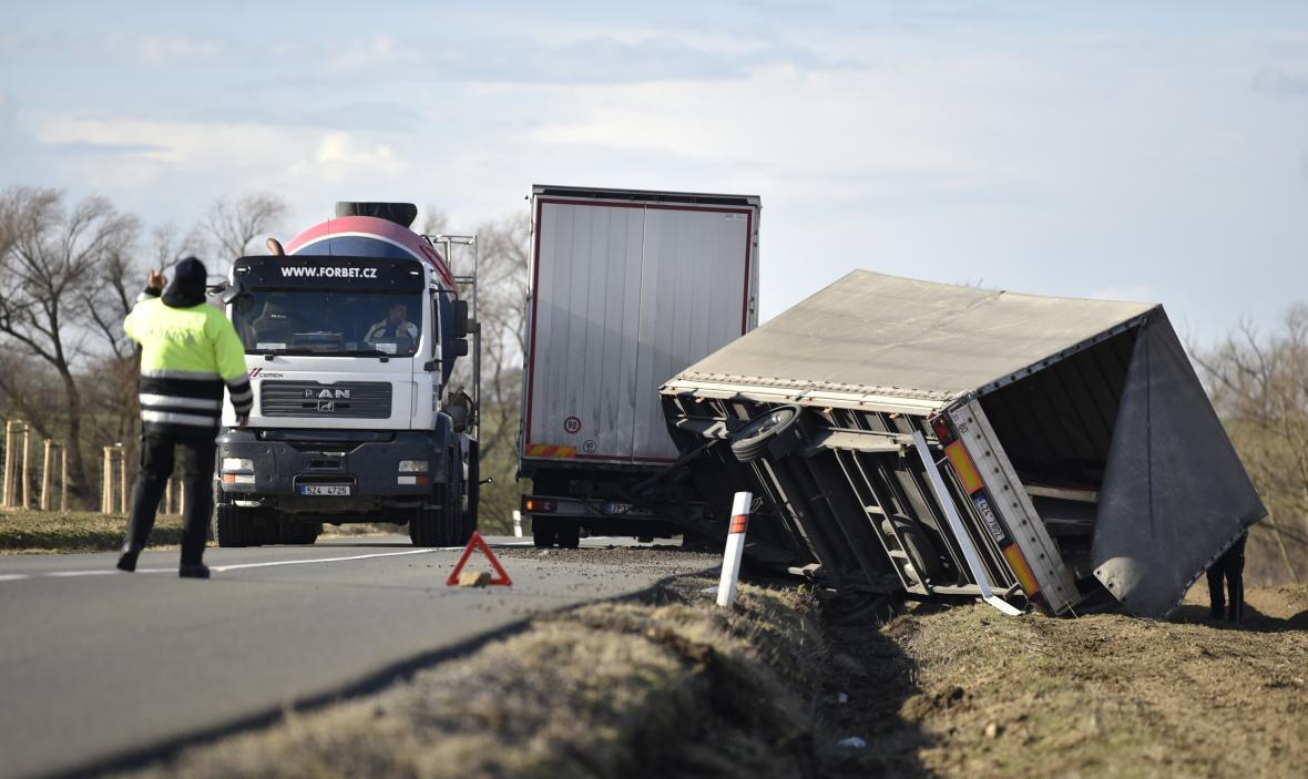 Silný vítr pravděpodobně způsobil převrácení vleku u nákladního vozidla na silnici u Uherského Brodu