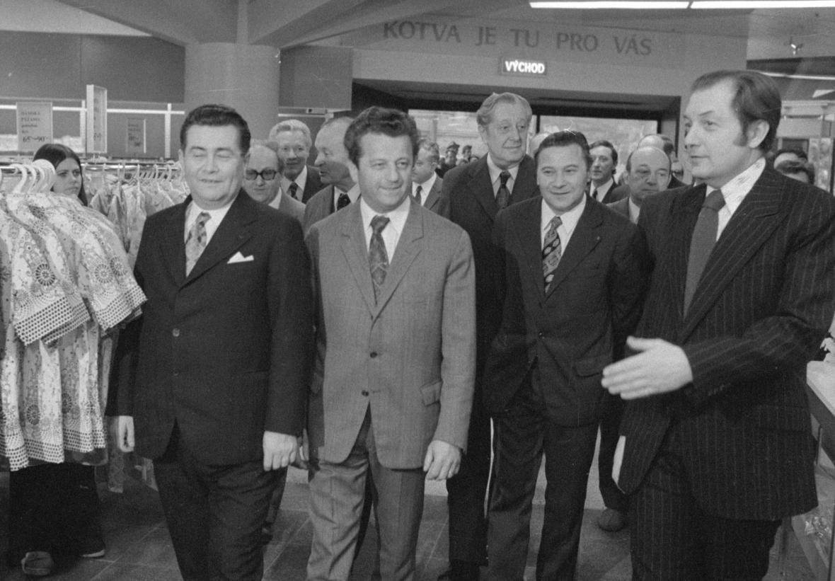 Člen předsednictva ÚV KSČ a vedoucí tajemník MV KSČ Antonín Kapek (druhý zleva) a ministr obchodu ČSR Josef Trávníček (vlevo) při otevření Kotvy