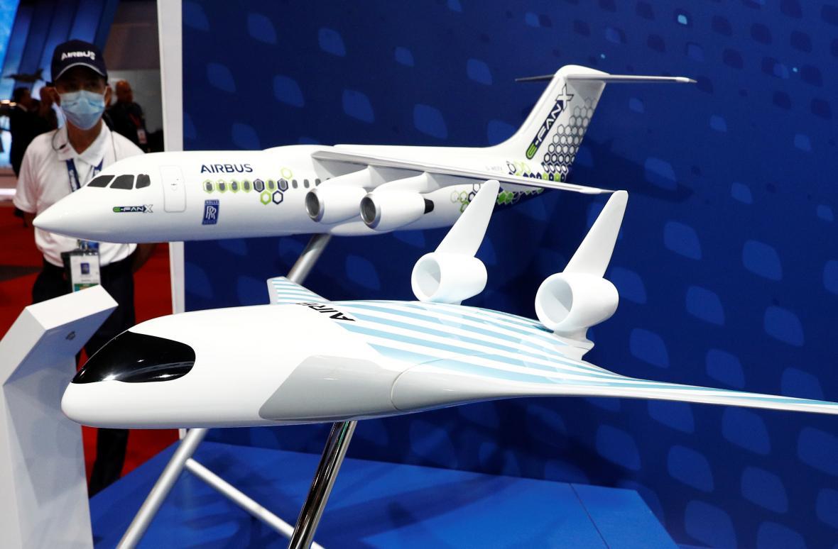 Model Airbus Maveric, v pozadí E-Fan X
