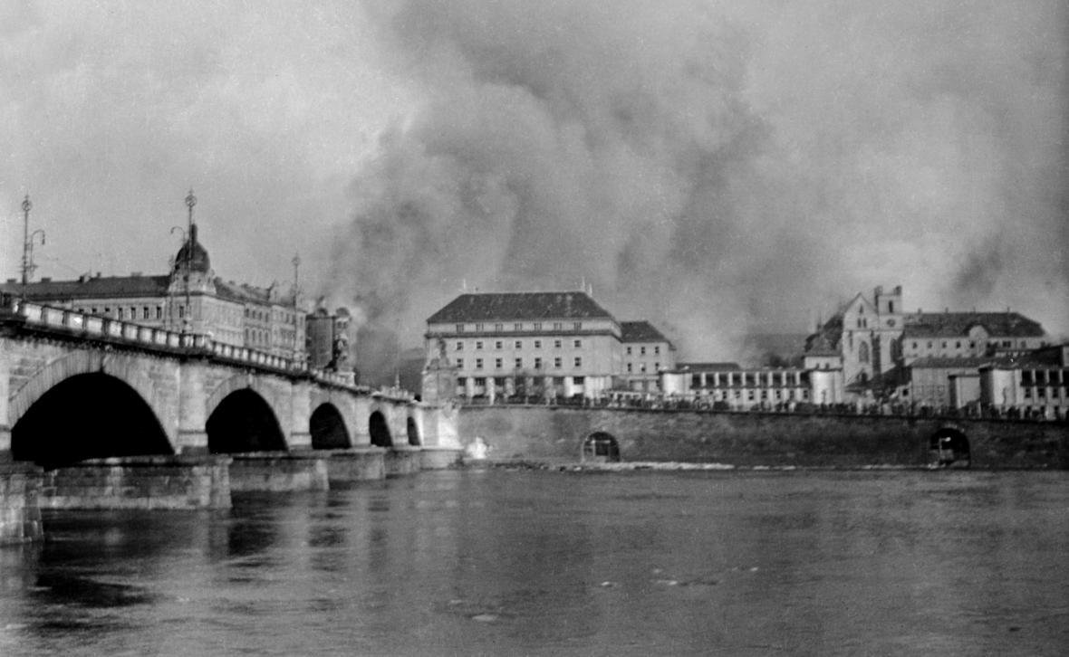 Praha po bombardování 14.února 1945. Pohled z Mozartova mostu (nyní Palackého mostu) na klášter Emauzy.