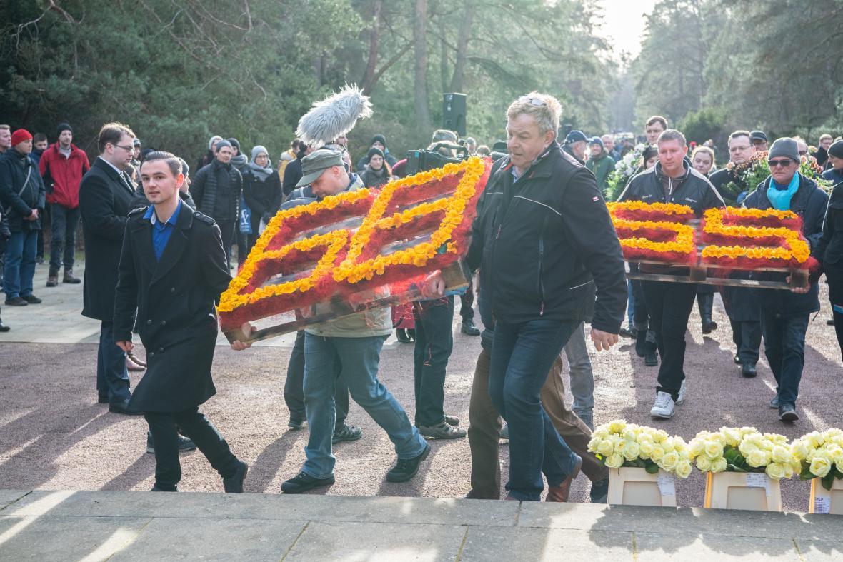 Čísla 68 a 65 připomínají 6865 obětí, jejichž těla byla po bombardování spálena na náměstí Altmarkt, aby se předešlo šíření infekcí