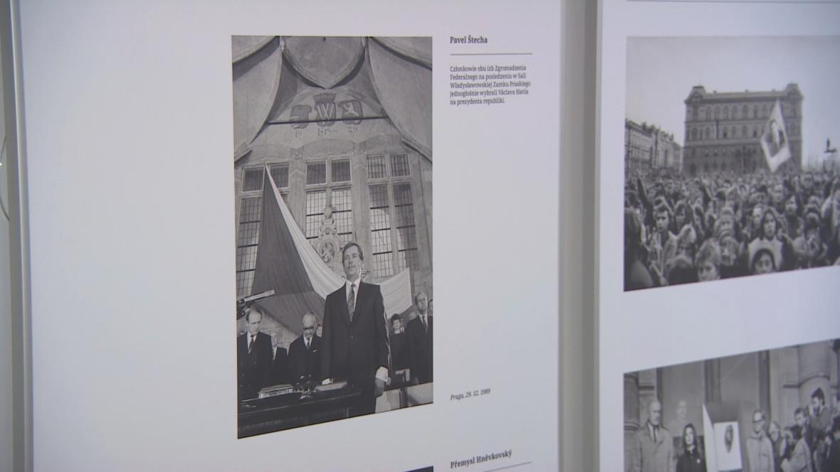 Uvedení aktovek provází výstava mapující Havlův přerod z dramatika v politika