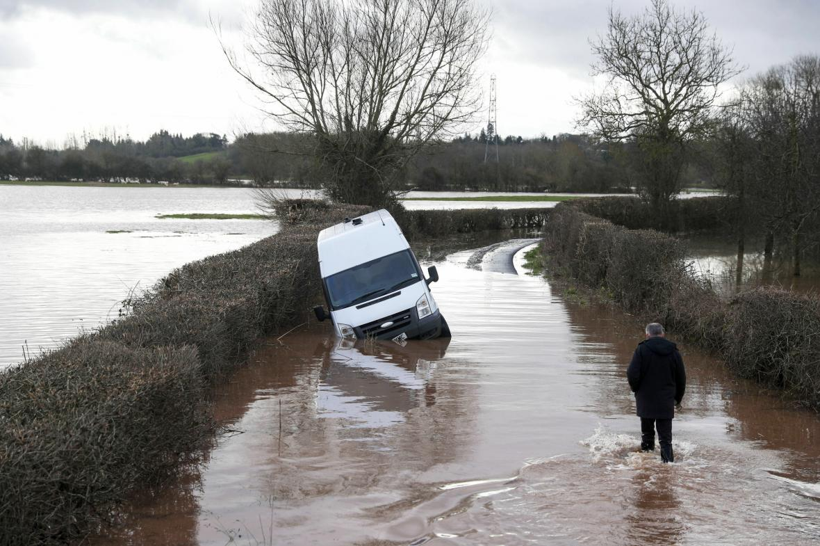 Některým Britům skončila pod vodou i auta